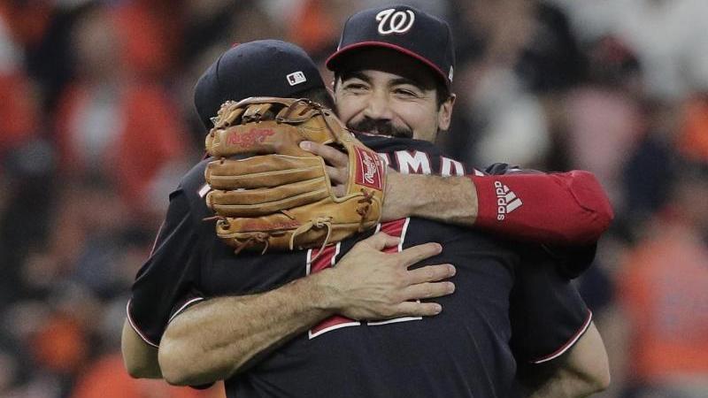 Anthony Rendon (h.) und Ryan Zimmerman von den Washington Nationals umarmen sich nach dem gewonnenen Spiel