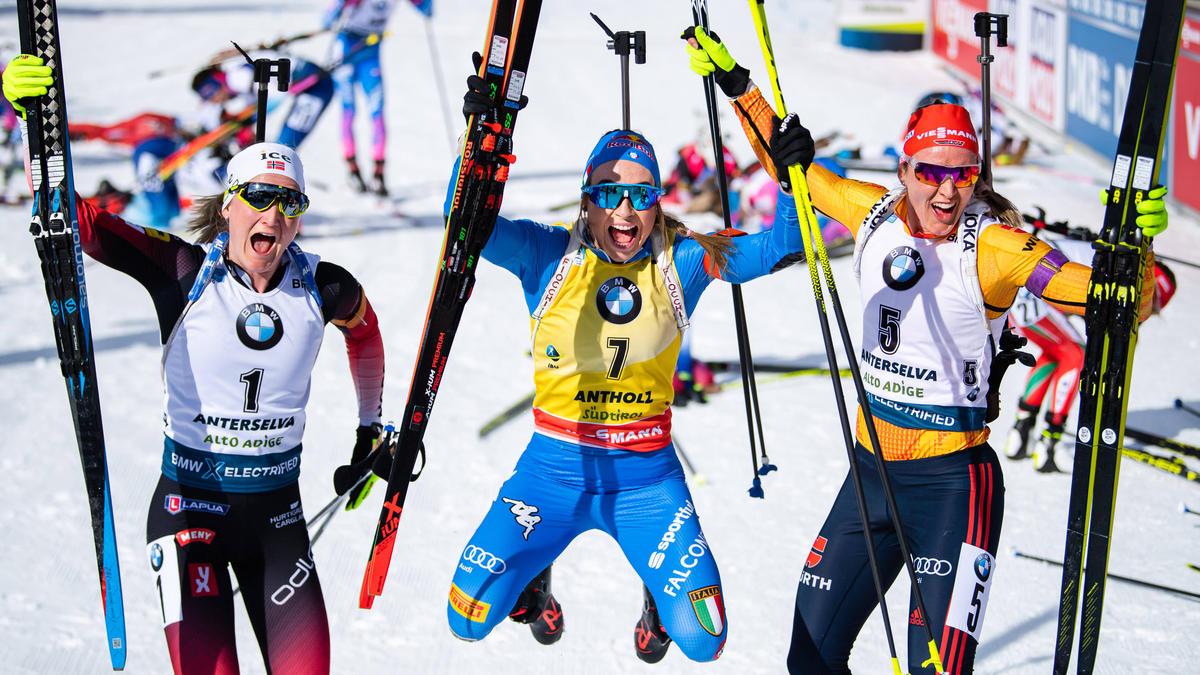 Denise Herrmann (re.) freut sich mit Siegerin Dorothea Wierer (Mi.) und Marte Olsbu Røiseland