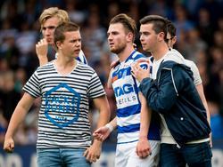 Cas Peters (m.) wordt na afloop van het play-offduel om promotie/degradatie De Graafschap - Go Ahead Eagles getroost door de supporters (22-05-2016).