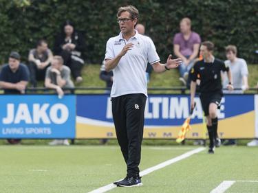 Alex Pastoor is druk bezig met het neerzetten van zijn team tijdens het oefenduel FC Groningen - Sparta Rotterdam. (16-07-2016)