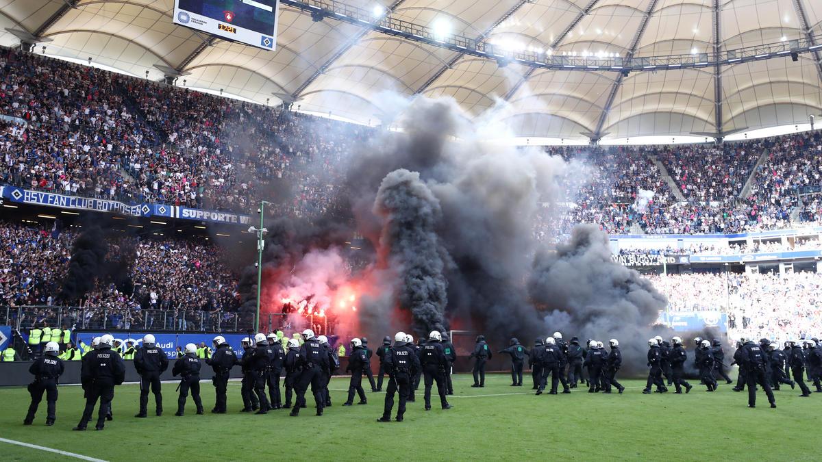 Im letzten Jahr sorgten einige HSV-Anhänger für hässliche Szenen gegen Spielende