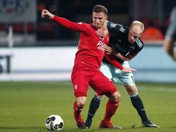 Jelle van der Hyden (l.) wordt aan het shirt getrokken door Davy Klaassen (r.). (11-12-2016)