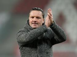 NAC Breda-trainer Stijn Vreven bedankt het publiek na afloop van het competitieduel Jong FC Utrecht - NAC Breda (16-01-2017).