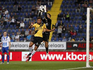 David Faupala (l.) probeert Delano van Crooy (r.) te verschalken tijdens het bekerduel NAC Breda - VVV-Venlo (20-09-2016).