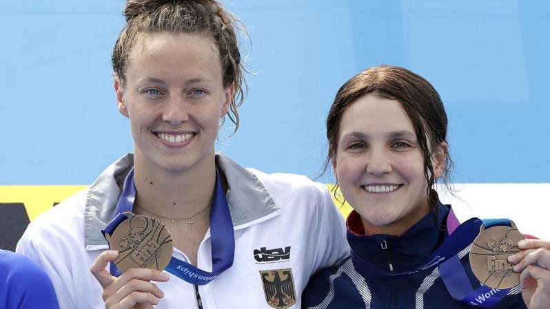 Leonie Beck posiert mit ihrer Bronze-Medaille neben der ebenfalls Dritten Hannah Moore aus den USA. Foto: Mark Schiefelbein/AP