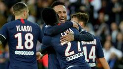Neymar es felicitado por sus compañeros del PSG.