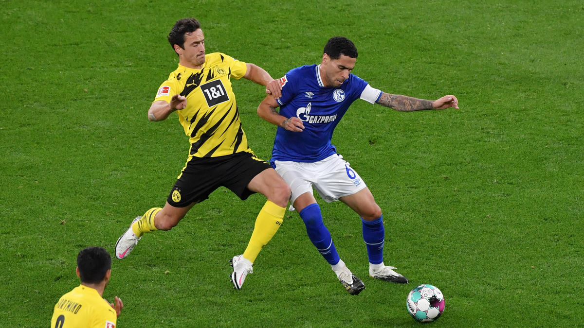 Mascarell (r.) führte den FC Schalke einige Zeit lang als Kapitän aufs Feld