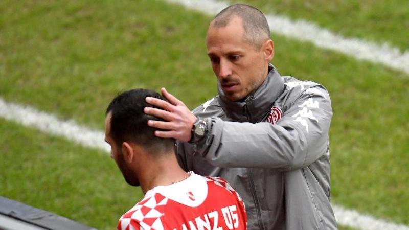 Der Mainzer Trainer Jan-Moritz Lichte (r.) tröstet seinen Spieler Levin Öztunali