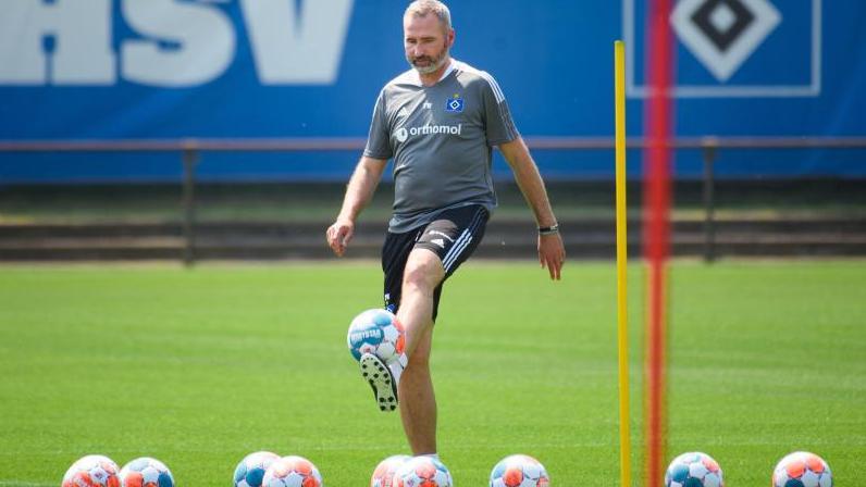 Hamburgs Cheftrainer Tim Walter spielt zum HSV-Trainingsauftakt auf dem Trainingsplatz mit einem Ball