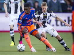 Eljero Elia (l.) draait kort weg bij Wout Droste tijdens de doordeweekse competitiewedstrijd Heracles Almelo - Feyenoord. (20-04-2016)
