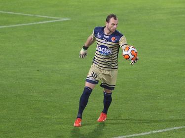 Mike Van Hamel brengt de bal weer in het spel tijdens Auxerre - Laval. (6-10-2013)