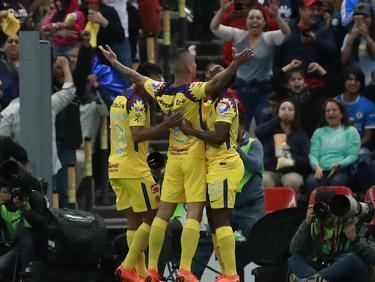 Uribe celebra con todo el estadio su tanto ante Cruz Azul. (Foto: Imago)