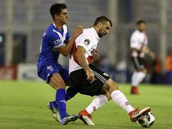 Santiago Cáseres pelando por la pelota con Lucas Pratto. (Foto: Getty)