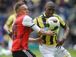 Feyenoorder Jens Toornstra (l.) en Vitesse-verdediger Kelvin Leerdam (r.) zijn in een duel verwikkeld tijdens Vitesse - Feyenoord. (23-04-2017)