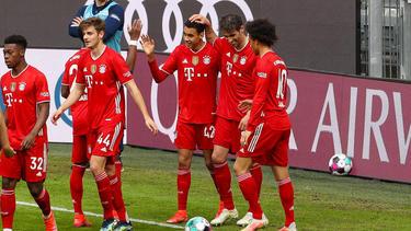 Josip Stanisic (2.v.l.) bleibt wohl beim FC Bayern