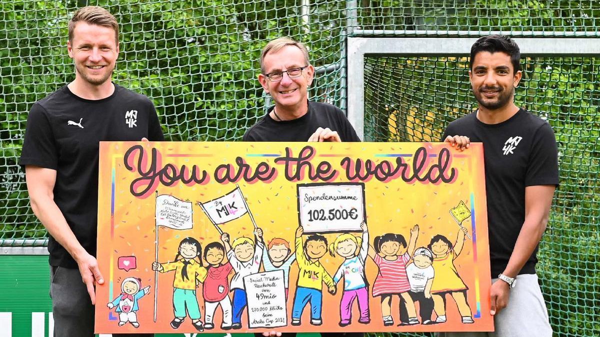 Die MJ4K-Initiatoren Maik Franz (l.) und Sami Allagui mit dem ARCHE-Gründer Bernd Siggelkow