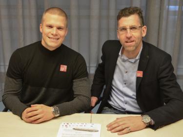 Wacker Innsbrucks General Manager Alfred Hörtnagl mit Neuzugang Henrik Ojamaa