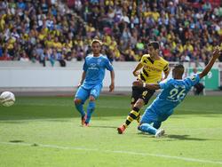 Henrikh Mkhitaryan (M.) bringt Borussia Dortmund bei den Stuttgarter Kickers in Führung