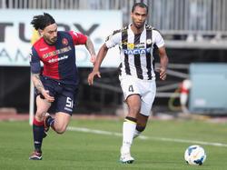 Naldo (d.) se marcha de Pinilla en un duelo Cagliari-Udinese. (Foto: Getty)