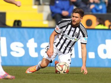Andreas Ludwig dreigt de bal te verliezen tijdens het competitieduel VfR Aalen - SpVgg Greuther Fürth. (07-03-2015)