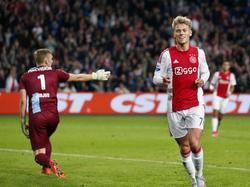 Viktor Fischer heeft van dichtbij de 1-0 gemaakt. Hidde Jurjus van De Graafschap (l.) vraagt zich af hoe het kan dat de Deen zo vrij stond. (23-09-2015)
