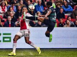 Lorenzo Burnet (l.) laat tegen Ajax zien over exceptioneel atletisch vermogen te beschikken. Met een schitterende aanname plukt hij de bal voor de neus van Kenny Tete weg. (26-09-2015)