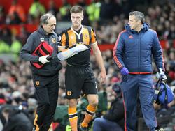 Markus Henriksen (m.) verlaat geblesseerd het veld tijdens de halve finale van de League Cup tegen Manchester United. (10-01-2017)