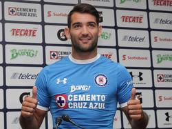 Martín Cauteruccio posa con la camiseta de Cruz Azul. (Foto: Imago)