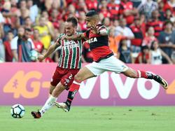 Everton intenta taponar un centro de Lucas del Fluminense. (Foto: Imago)