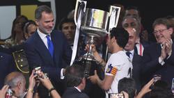 El valencianista Parejo recibe la Copa del Rey Felipe VI.