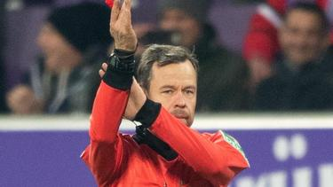 Schiedsrichter Markus Schmidt pfeift ein Handspiel ab. Zur Saison 2020/21 wird es bei den Handspielregeln kleine Anpassungen geben