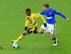 Youssoufa Moukoko (l.) gab am Samstag sein Debüt für den BVB