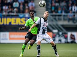 Heracles Almelo-verdediger Wout Droste (r.) gaat het dual aan met Ajax-aanvaller Bertrand Traoré. (18-09-2016)