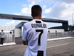 Un aficionado espera a Ronaldo con su camiseta. (Foto: Imago)
