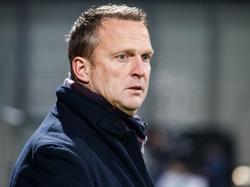 John van den Brom kan het nauwelijks geloven: zijn ploeg komt driemaal op achterstand, maar speelt toch gelijk. (03-12-2016)
