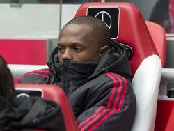 Thulani Serero kijkt toe vanaf de bank tijdens de wedstrijd van Ajax tegen FC Utrecht. (17-04-2016)