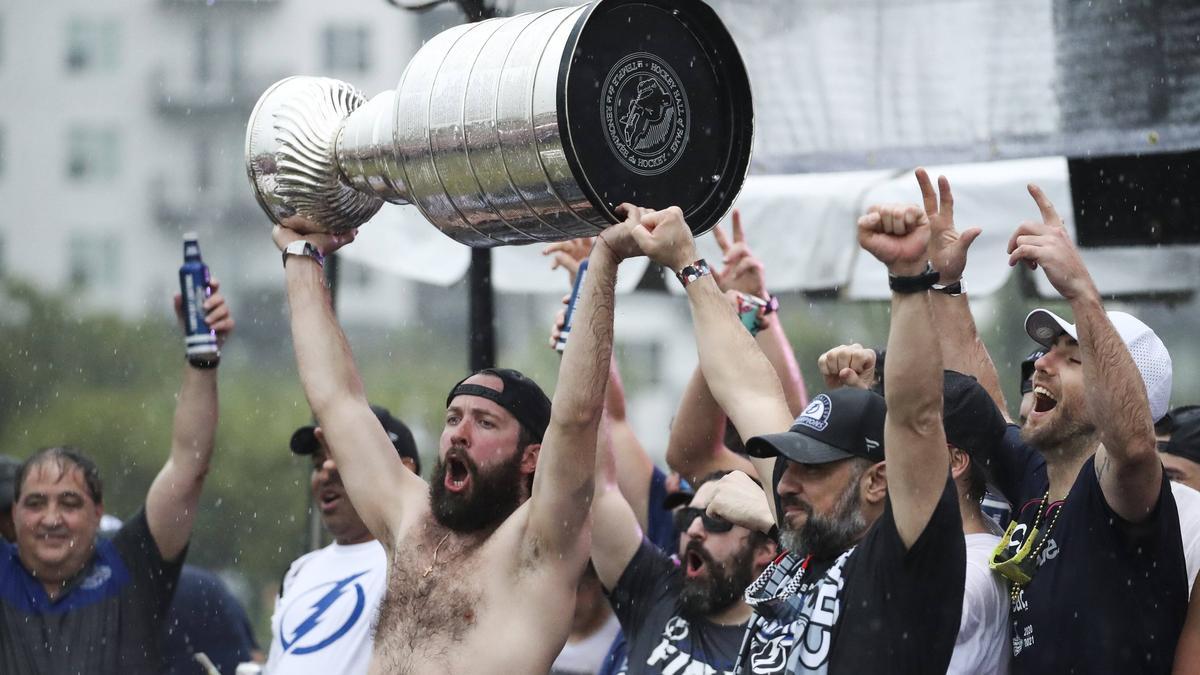 Der Stanley Cup überstand die Feier der Tampa Bay Lightning nicht unbeschadet