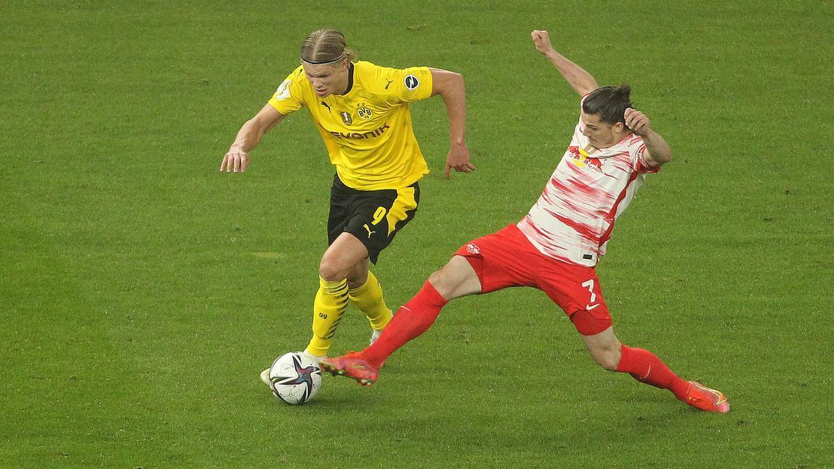 Leipzigs Kapitän Marcel Sabitzer (r.), hier im Duell mit BVB-Star Erling Haaland