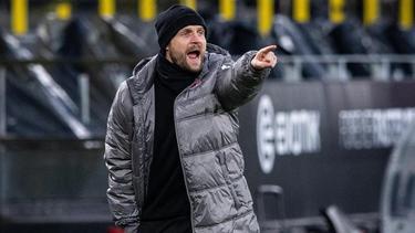 Bo Svensson steht an der Seitenlinie und gibt Anweisungen an seine Spieler