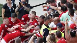 Ungarns Spieler bejubeln den Treffer von Attila Fiola