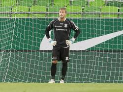 Doelman Erik Cummins van Go Ahead Eagles kan wel door de grond zakken als hij met een fout in het Europa League-duel met Ferencvárosi TC de 2-0 heeft ingeleid. (09-07-2015)