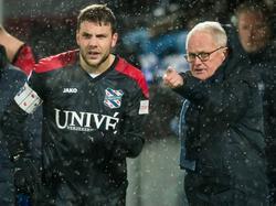 Aanvoerder Joey van den Berg (l.) voert tijdens de wedstrijd PEC Zwolle - sc Heerenveen overleg met trainer Foppe de Haan (r.). (16-01-2016)