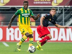 Terwijl Bas Kuipers (r.) hem in de gaten houdt, neemt Ruben Schaken (l.) een bal aan tijdens Excelsior - ADO Den Haag. (19-08-2016)