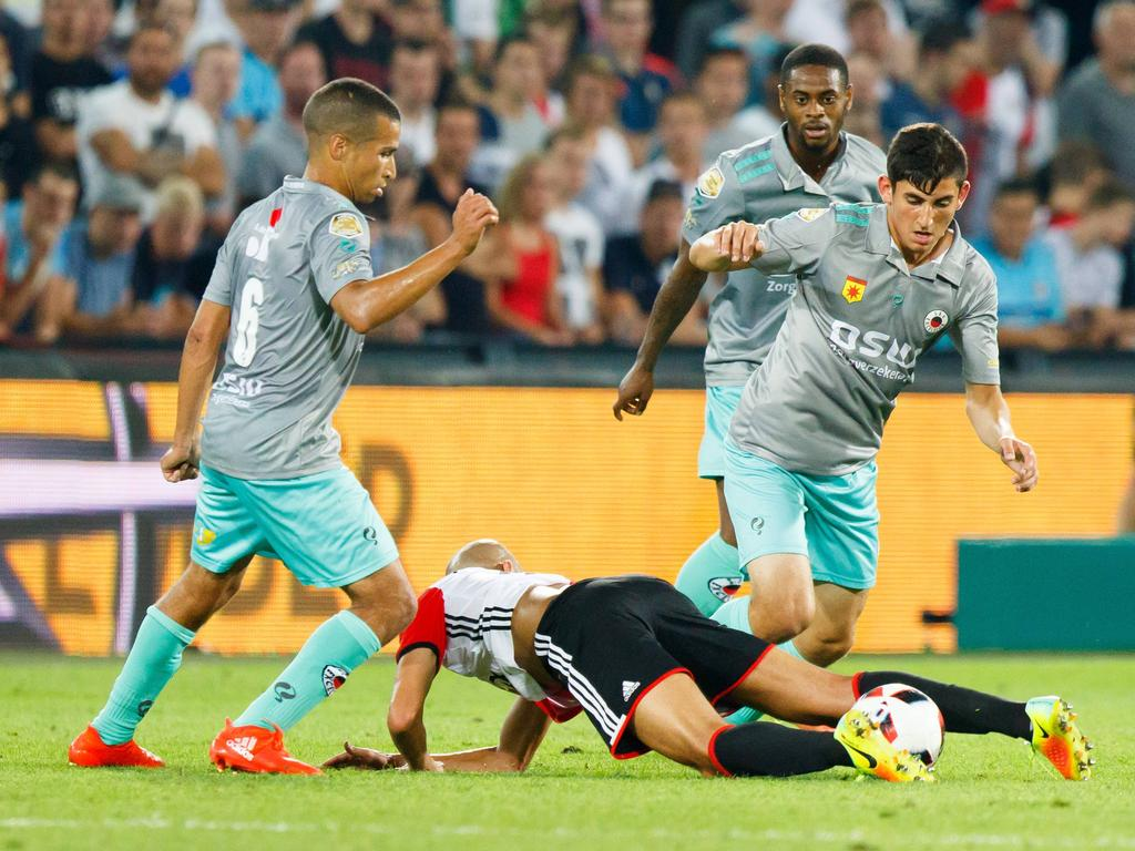 Anouar Hadouir (l.) en Doğucan Haspolat (r.) zetten Karim El Ahmadi (m.) van de bal. Haspolat is vooralsnog de jongste speler die ooit speelde in de Eredivisie. (27-08-2016)