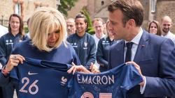Macron erhielt ein signiertes Trikot als Geschenk