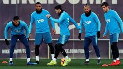 Das Training mit Lionel Messi (M.) hat bei Kevin-Prince Boateng (2.v.l.) Spuren hinterlassen