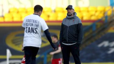 Jürgen Klopp (r.) wurde vor der Partie bei Leeds United zu den Super-League-Plänen befragt