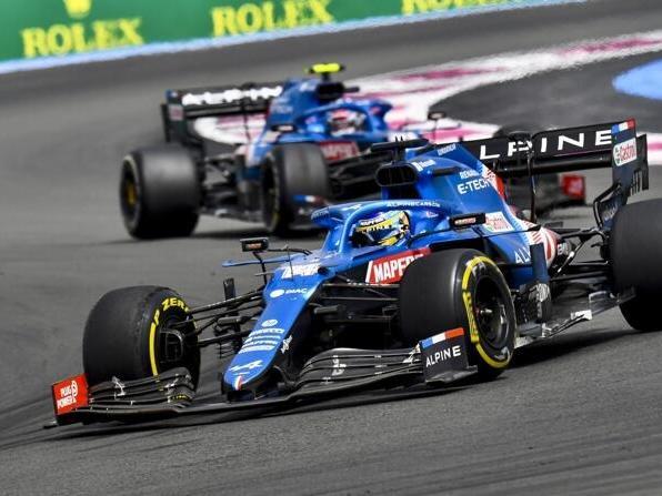 Fernando Alonso vor Alpine-Teamkollege Esteban Ocon im Frankreich-Grand-Prix