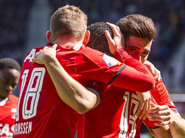 AZ viert een feestje nadat Vincent Janssen de Alkmaarders op een 2-1 voorsprong heeft gezet vanaf de penaltystip. (01-05-2016)