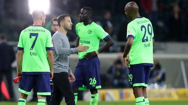 Schalke-Coach Tedesco bespricht sich nach der Niederlage in Gladbach mit seinen Spielern